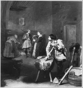 Interieur met een slager bij een hakblok en op de achtergrond drie figuren bij een kookplaats