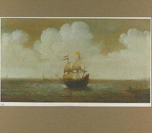 Hollands schip op een binnenwater; rechts op de oever twee vissers