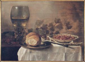 Stilleven met grote roemer, broodje en porseleinen schaal met garnalen