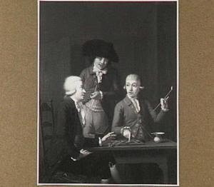 Twee dammende mannen aan een tafel met achter hen een toeschouwer met een piip in zijn hand