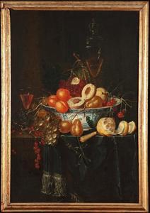 Stilleven van vruchten, wijnglazen en en mes op een deels gedekte tafel