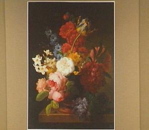 Bloemen in een marmeren vaas