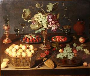 Tazza met druiven omringd door manden met vruchten, borden met noten en glaswerk