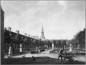 Gezicht op de binnenplaats en de tuin van het Proveniershuis te Haarlem