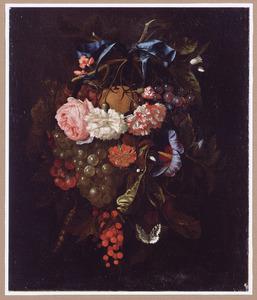 Tros bloemen en vruchten opgehangen aan een blauw lint