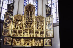 Het huwelijk van Maria en Jozef, de annunciatie (binnenzijde linker predellaluik); De besnijdenis, de aanbidding der herders, de aanbidding der Wijzen (predella); De presentatie in de tempel, Christus' dispuut met de tempelgeleerden (binnenzijde rechter predellaluik); Ecce Homo (binnenzijde linker bovenluik); Het Laatste Avondmaal, de gevangenneming van Christus, Christus intrede in Jeruzalem, Christus in Gethsemane (binnenzijde linkerluik); De geseling van Christus, de bespotting van Christus, de kruisdraging, de kruisiging, de kruisafneming, de graflegging, de opstanding, Cleopas en Petrus ontmoeten Christus, de ongelovige Thomas (middendeel); Christus verschijnt aan de discipelen, Petrus werpt zich in zee en waadt naar Christus, de tenhemelopneming, de uitstorting van de Heilige Geest (binnenzijde rechterluik); Noli me tangere (binnenzijde rechter bovenluik)