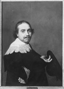 Portret van een man met hoed in de hand
