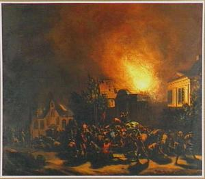 Nachtelijk stadsgezicht met brandende gebouwen en een menigte plunderaars