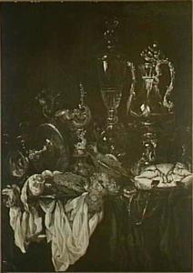 Stilleven met glas- en zilverwerk, krab en tuitkan op een donker kleed met wit servet