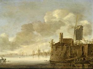 Rivierlandschap met een versterkte stad aan het water, met een molen rechts