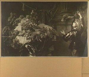 Tafel met mand met vruchten, kreeft, haas en gevogelte; rechts een jongen die een papegaai druiven probeert te voeren