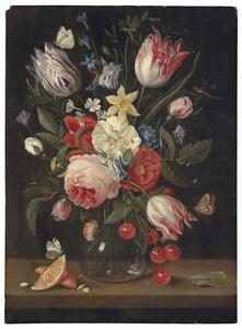 Stilleven van bloemen in een glazen vaas, met kersen, sinaasappel en insecten