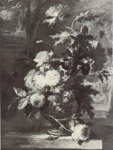 Terracotta vaas met bloemen gedomineerd door een slaapbol voor een parklandschap, links van de vaas een slak