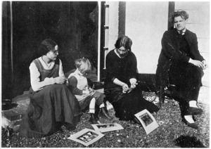 Groepsportret van Mies, Aditya en Adya van Rees, rechts Jan Terwey