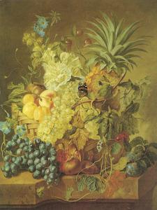 Stilleven van bloemen en vruchten in een rond een rieten mand op een stenen plint