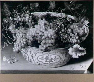 Chinese schaal met druiven en twee vlinders