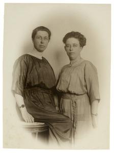 Portret van Wilhelmina Johanna Haverkamp (1874-?) en Johanna Wilhelmina Titia Haverkamp (1883-1946)