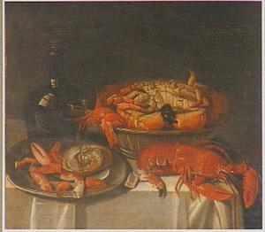 Stilleven met krab en kreeft, oester en een wijnfles op een tafel met wit dek