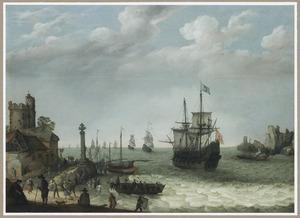 Kustgezicht met een Spaans oorlogsschip in een havenmonding, een Hollandse vloot in het verschiet