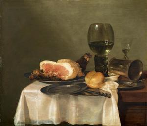 Stilleven met ham, een roemer en een zilveren beker