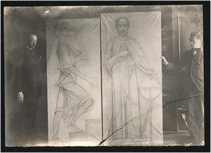 A.J. Derkinderen en een onbekende man bij twee voorstudies voor de wandschildering in het levensverzekeringsgebouw, het gebouw van de Algemeene Maatschappij van levensverzekering en lijfrente op het Damrak, Amsterdam