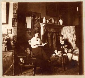 Ans van den Berg (1873-1942) in haar atelier met Joanna Funke (1897-1993)