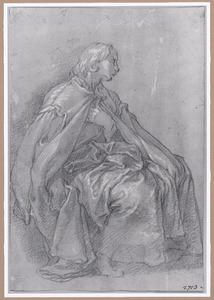 Zittende mannelijke figuur in een wijde mantel, naar rechts