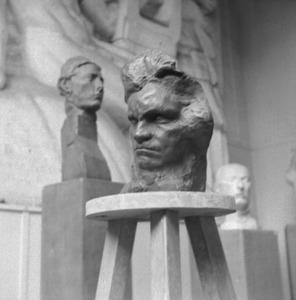 Het atelier van Antoine Bourdelle met een masker in klei van Ludwig von Beethoven; op de achtergrond de kop van Apollo in brons