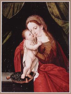 Zittende Maria knuffelend met het naast haar staande Christuskind