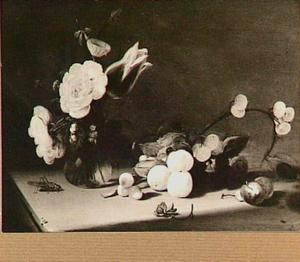 Stilleven met bloemen in vaasje en vruchten op een tafel; links een sprinkhaan