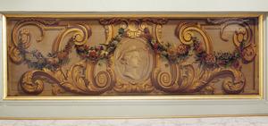 Medaillon met kop een herder omgeven door ornamenten en een bloemslinger