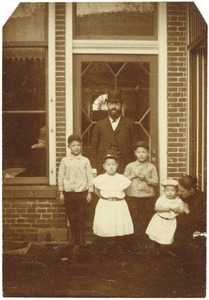 Familieportret van Huibert Burger (1856-?), Ewaldina Cornelia Anna Suringar (1862-1920) en hun kinderen