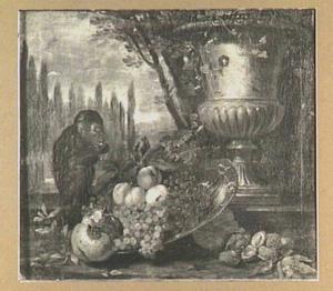 Vruchtenstilleven van druiven, perziken en granaatappel op een schaal, links een aapje en rechts een tuinvaas