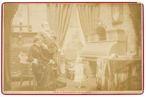 Portret van Willem III van Oranje- Nassau (1817-1890), Emma van Waldeck -Pyrmont (1858-1934) en Wilhelmina van Oranje- Nassau (1880-1962)