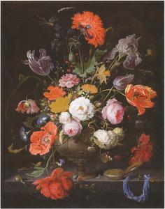 Bloemen in een metalen vaas, met insecten en een zakhorloge, op een stenen plint