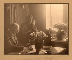 De beeldhouwer Pieter Biesiot met vrouw en kind in de huiskamer