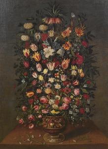 Bloemen in een bronzen vaas gedecoreerd met een ruitergevecht