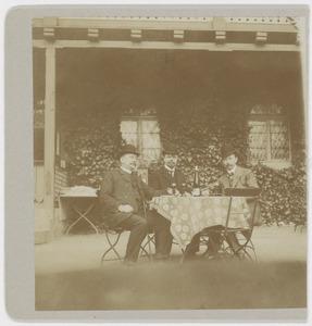 Groepsportret met Louis Willem van Soest (1867-1948)