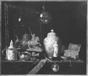 Stilleven met pronkvoorwerpen en een spiegel in een geschilderde lijst