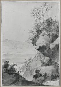 Rots en doorkijk naar vallei en berglandschap