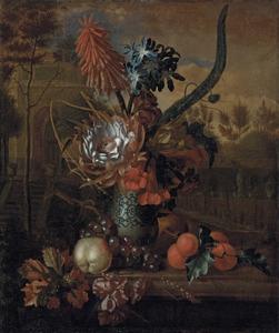 Stilleven van exotische bloemen in een vaas en vruchten op een piëdestal voor een formele tuin