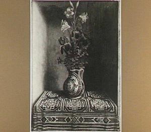 Een majolicavaas met een boeket van lelie, iris en akelei (op de voorzijde: portret van een man)
