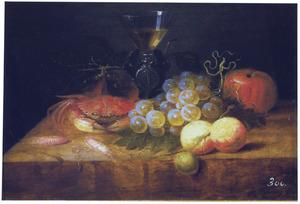 Stilleven met een krab, garnalen, fruit en een wijnglas