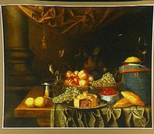 Stilleven met fruit, pastei en een blauwe kist