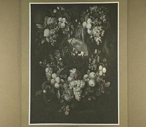 Cartouche omringd door vruchten met daarin een voorstelling van drie paarden, een ruiter en een vrouw