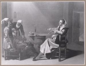 Elegant rokend paar met een bediende in een herberginterieur