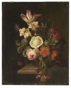 Bloemen in een vaas op een plint