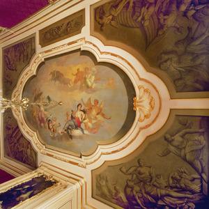 Zesdelige plafondschildering met middenstuk voorzien van godenhemel omgeven door vijf grisailles