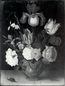Bloemen in een porseleinen vaas