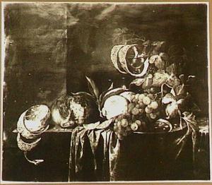 Stilleven met vruchten, brood en wijnglas op een tafel